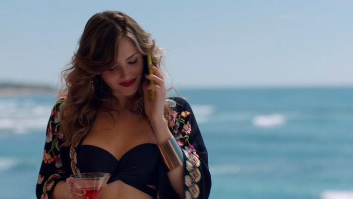 Andrea Duro pareo playa sexy