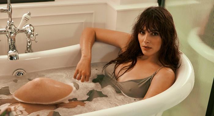 Andrea Duro sexy bañera