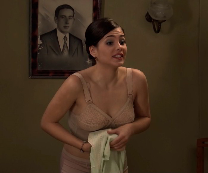 Andrea Duro side boob