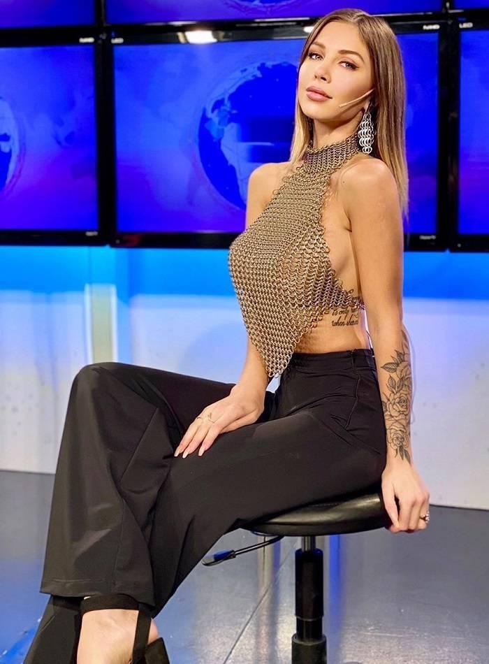 Romina Malaspina enseña tetas programa televisión