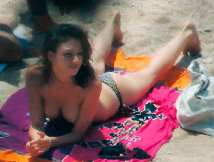 Úrsula Corberó enseña tetas en playa