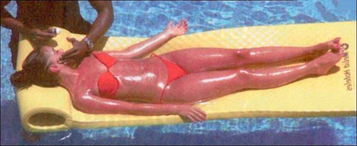 Beatriz Luengo tomando el sol piscina
