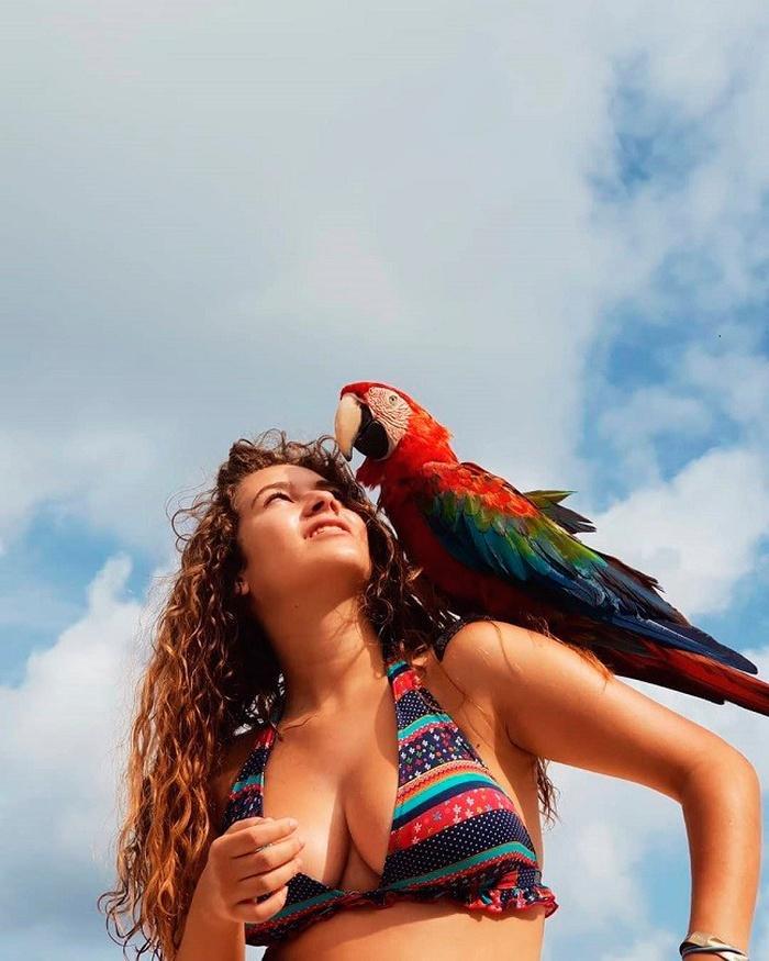 Carlota Boza posado pájaro loro