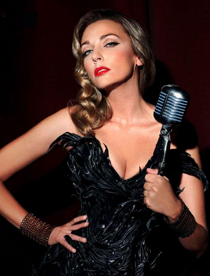 Anna Simón cantando