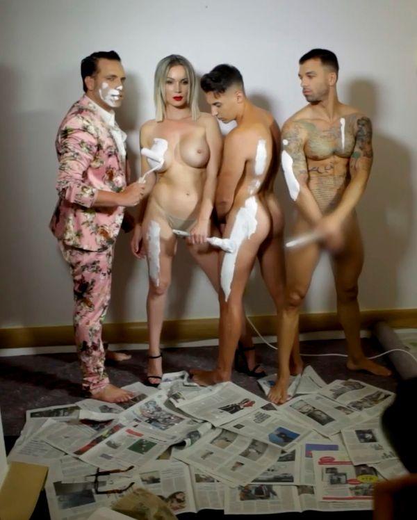 Belén Roca desnuda en grupo