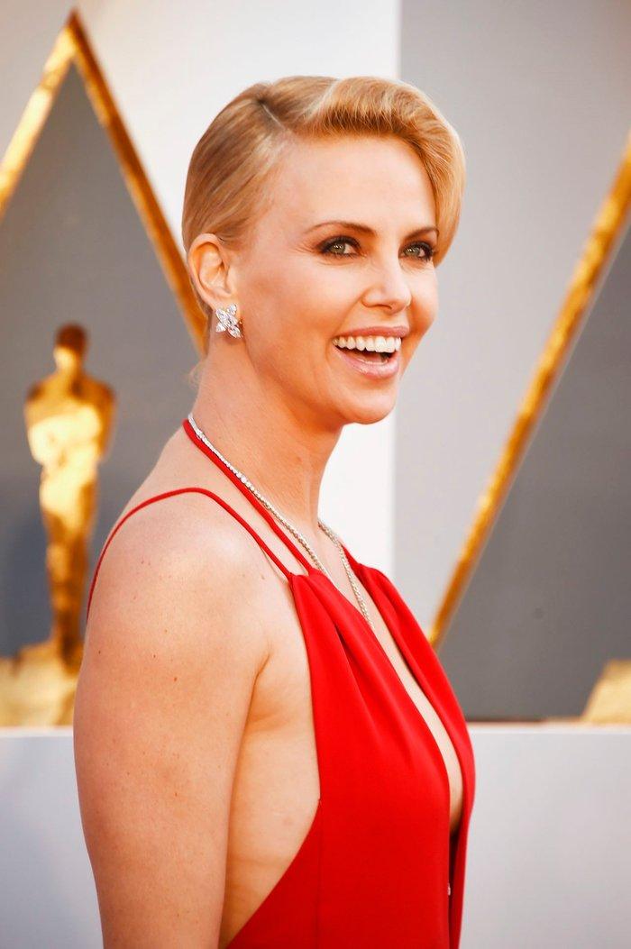 Charlize Theron alfombra roja Óscars vestido sexy posado