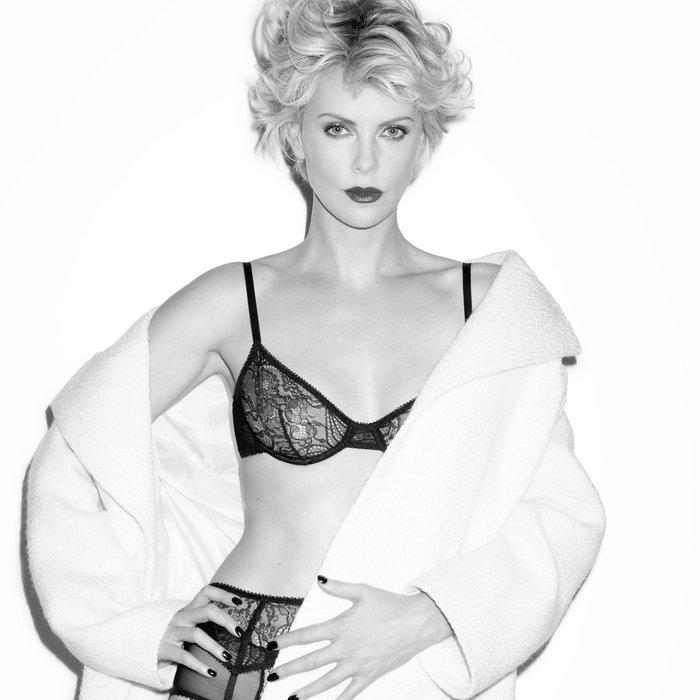Charlize Theron posado lencería erótica semidesnuda