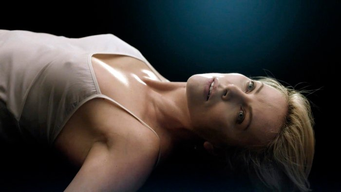 Charlize Theron posado moda lencería revista 2
