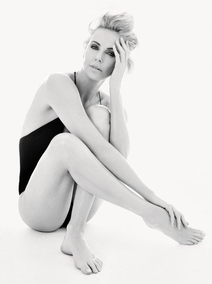 Charlize Theron posado moda lencería revista 4