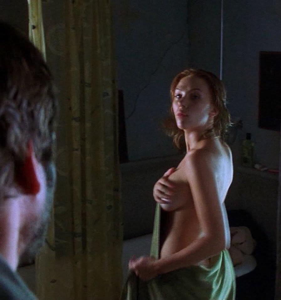 Scarlett Johansson side boob desvestida