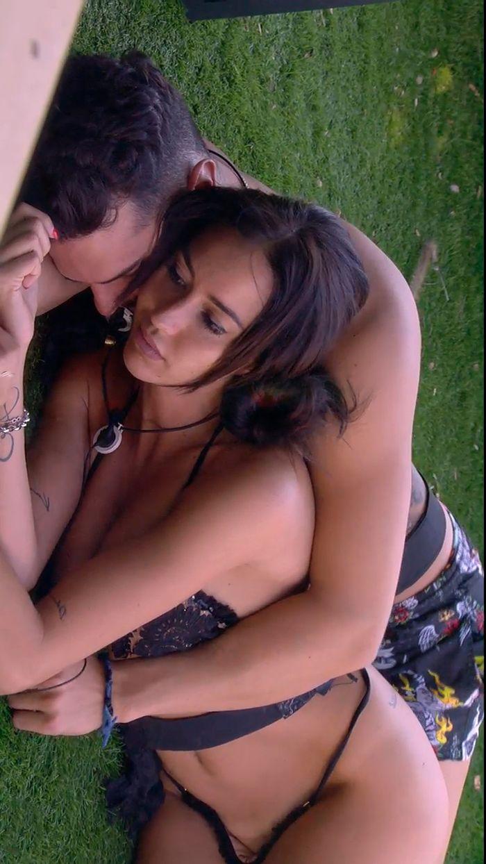 Aurah Ruiz abrazada a Suso