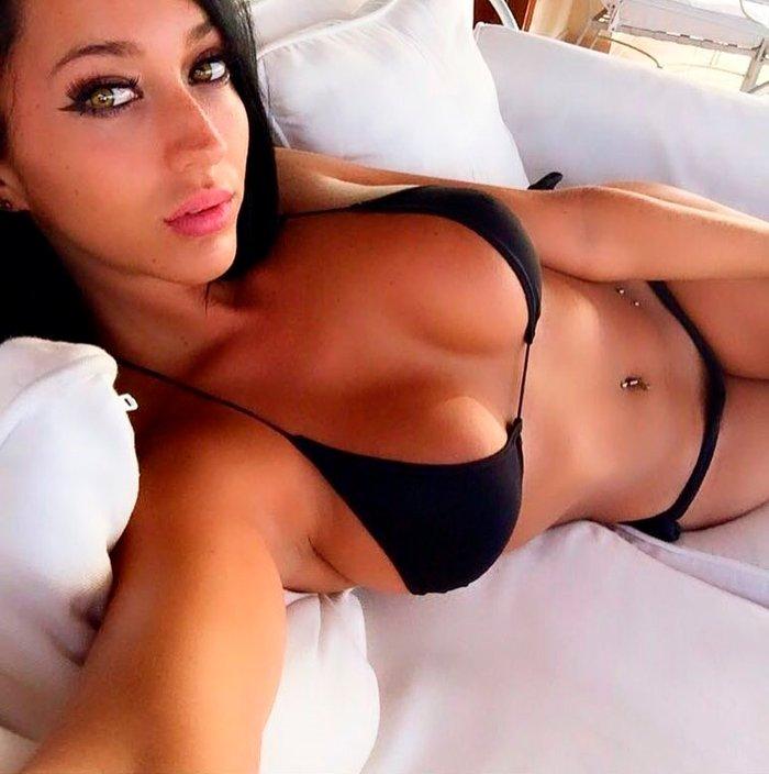 Aurah Ruiz posando sexy