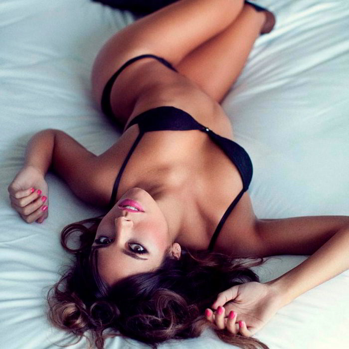 Cristina Pedroche casi desnuda en la cama