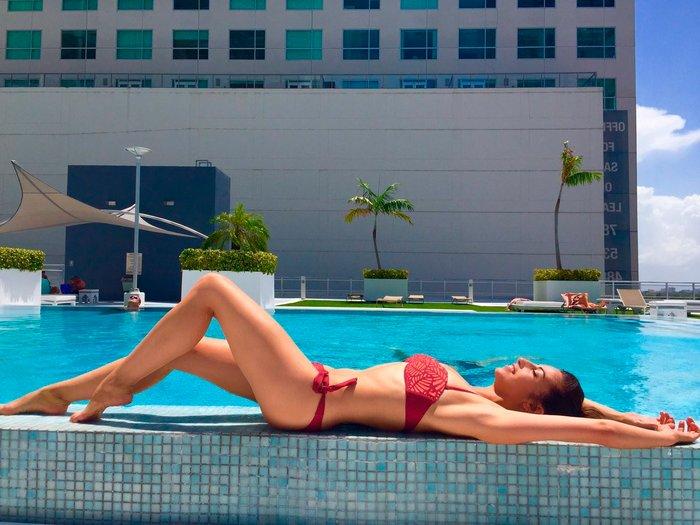 Almudena Cid con bañador piscinero
