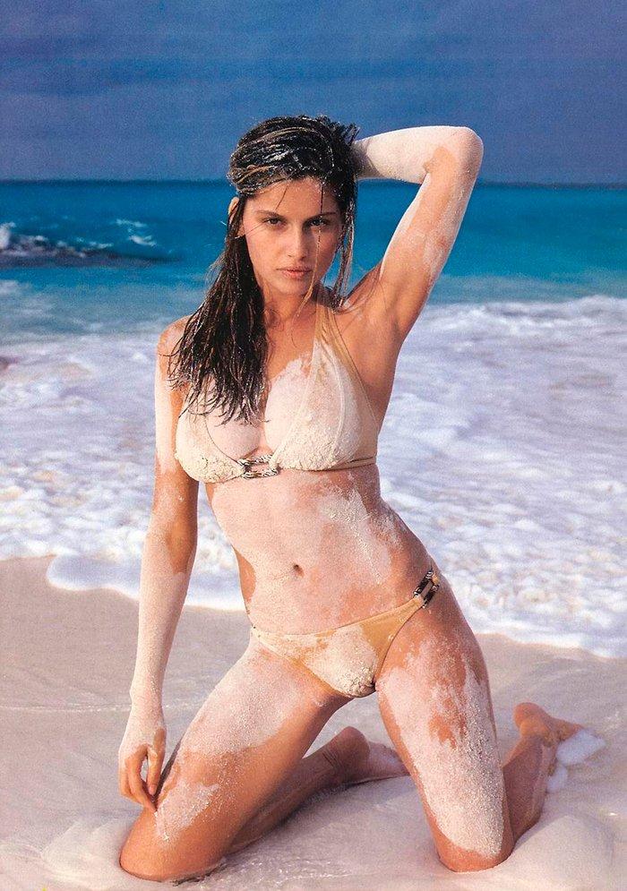 Laetitia Casta cubierta de arena