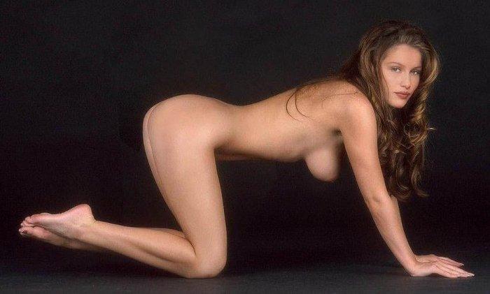 Laetitia Casta desnuda en la pasarela