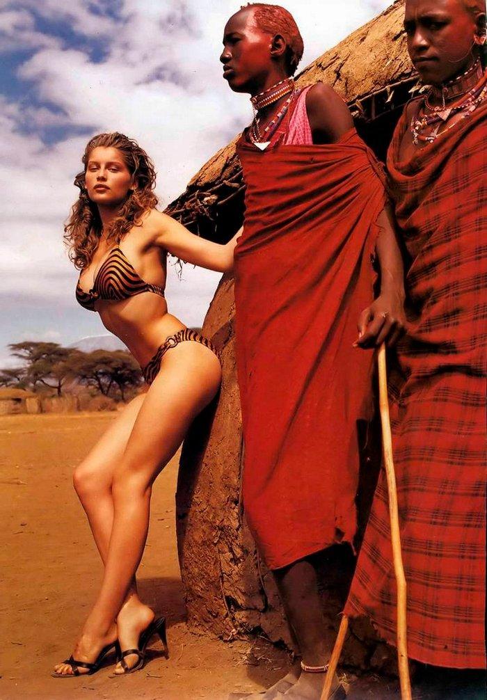 Laetitia Casta posando con tribu Africana