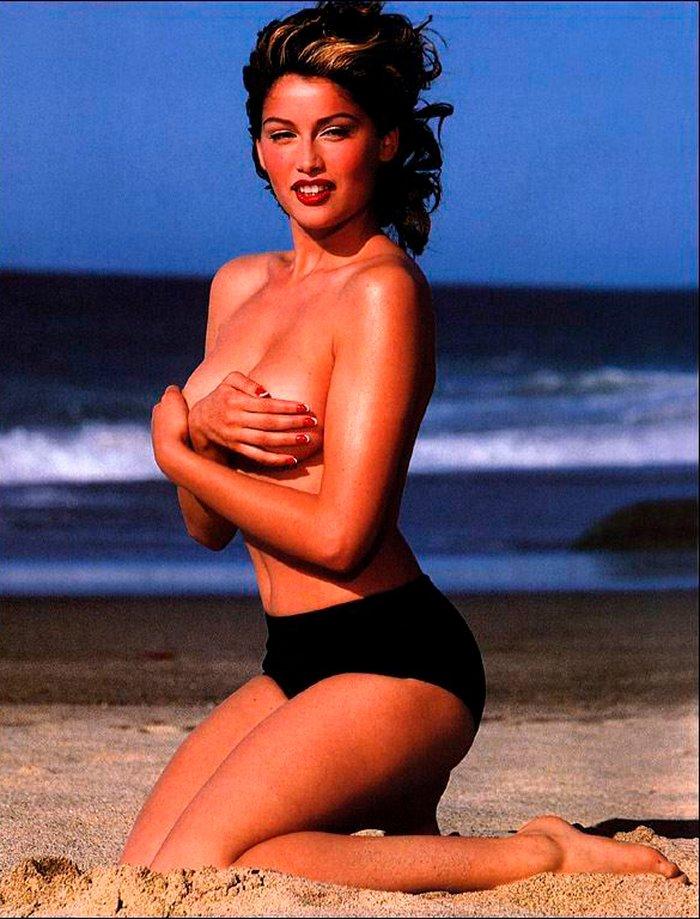 Laetitia Casta posando en la playa