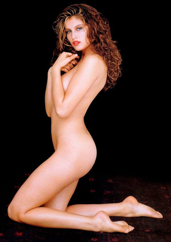 Laetitia Casta tapando su desnudez