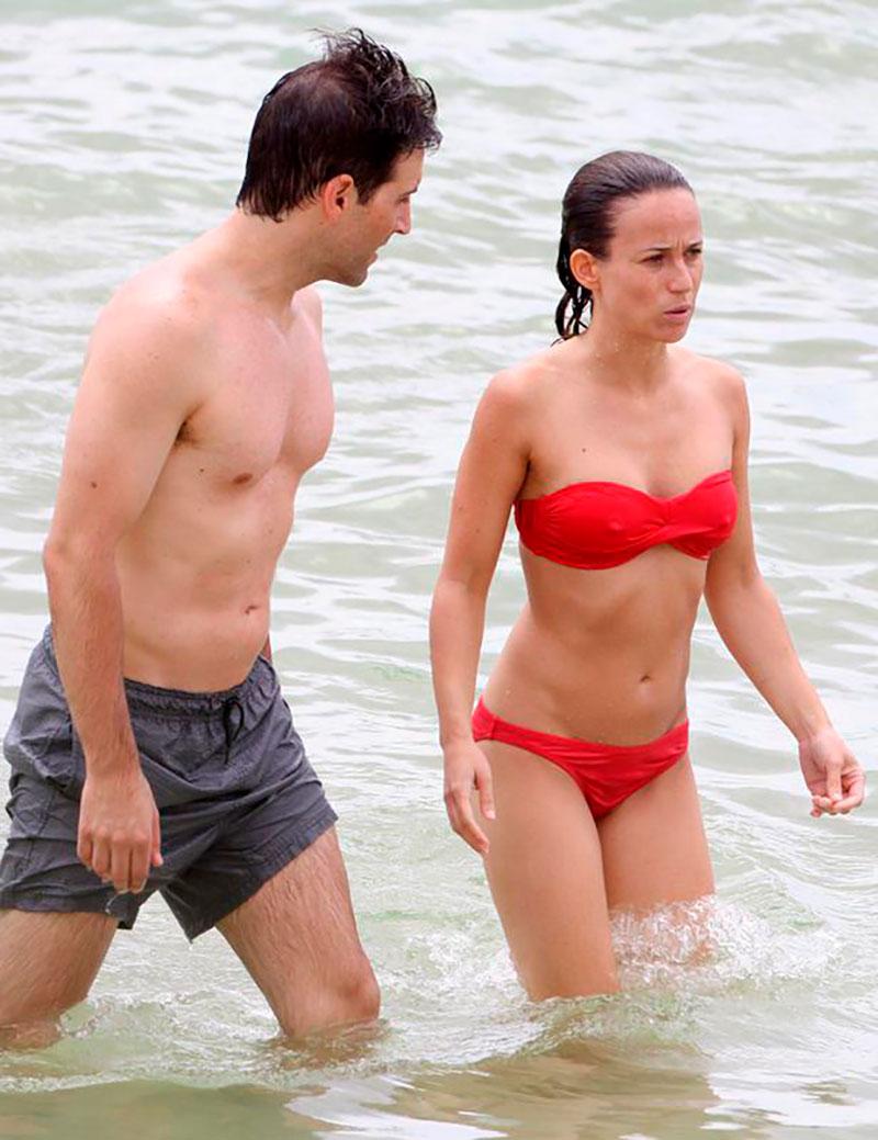 Marta Etura Bikini Rojo Novio Playa 2