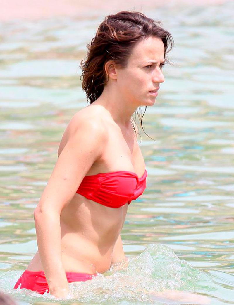 Marta Etura Bikini Rojo Novio Playa 3
