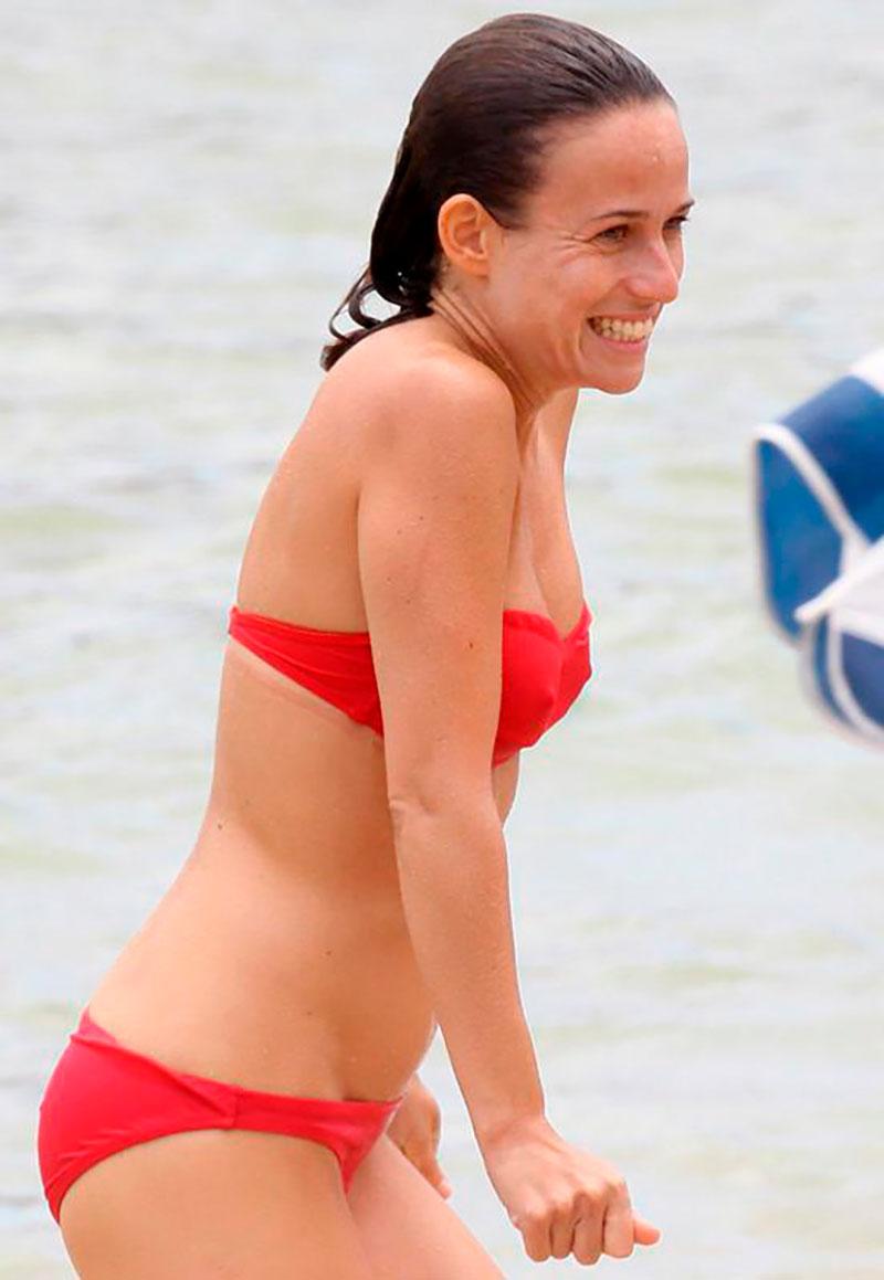 Marta Etura Bikini Rojo Novio Playa