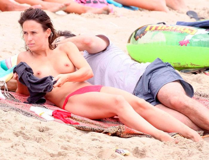 Marta Etura y sus pechos en playa