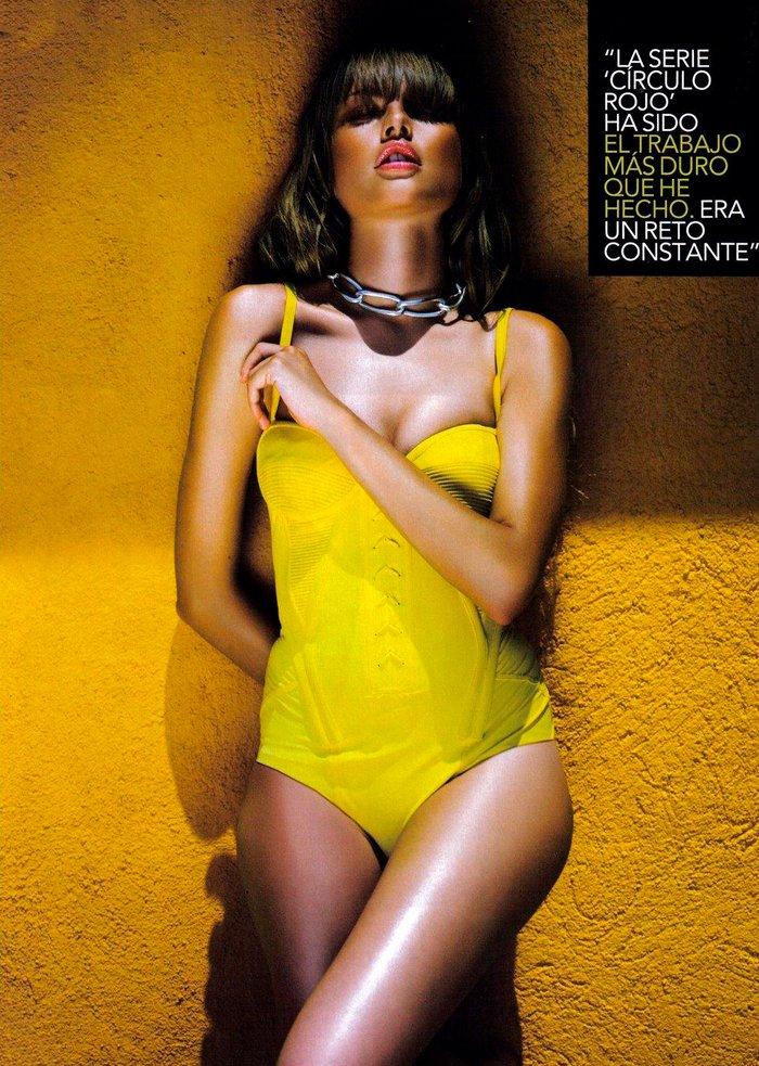 Esmeralda Moya Posado Sexy Bañador Amarillo