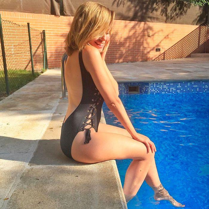 Esmeralda Moya posando en la piscina