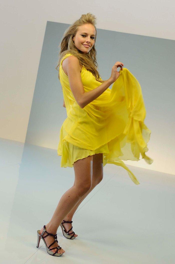 Esmeralda Moya Provocativo Vestido Amarillo 2