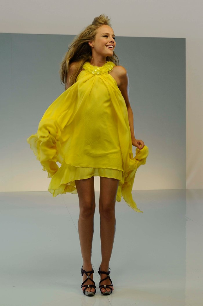 Esmeralda Moya Provocativo Vestido Amarillo