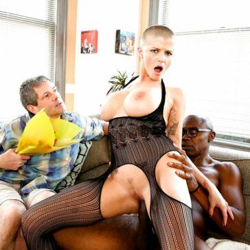 Joslyn James folla amigos marido calzonazos