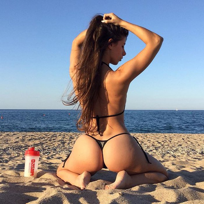 Judit Benavente posando en la playa