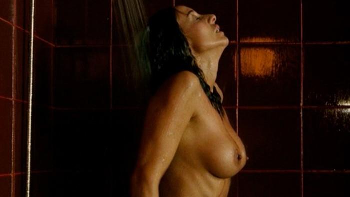 Mar Regueras desnuda en la ducha