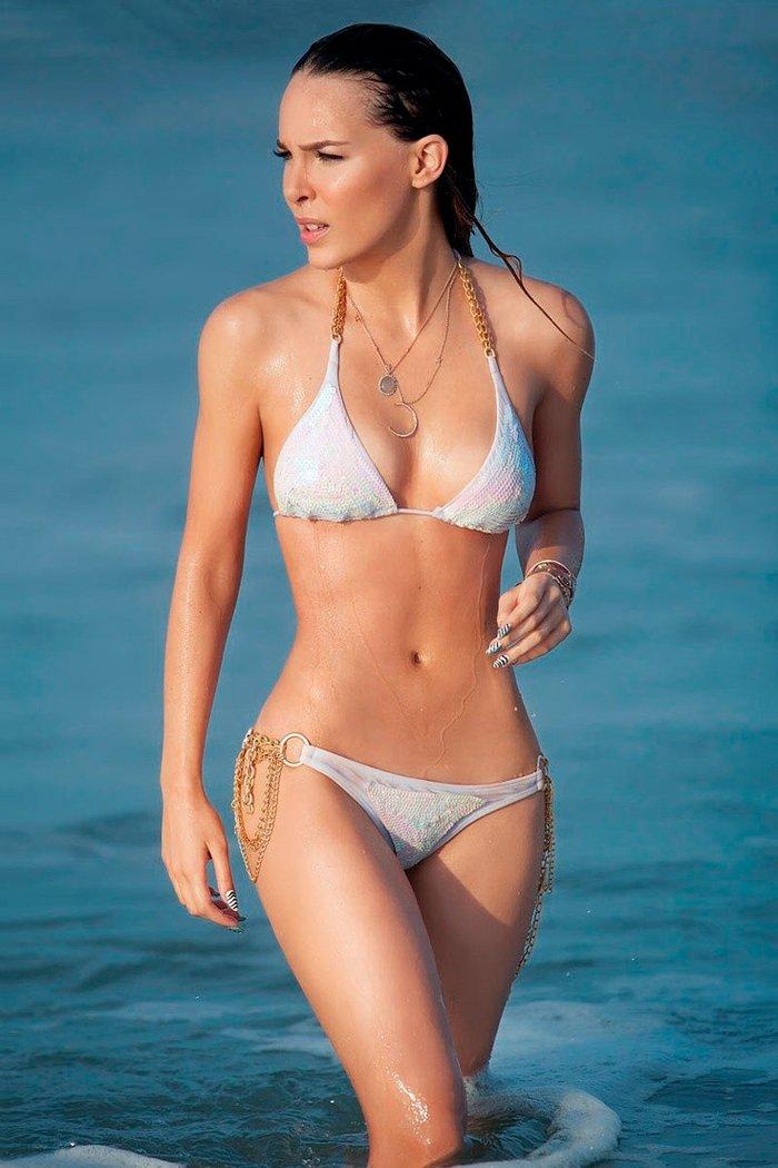 Belinda Peregrín casi desnuda