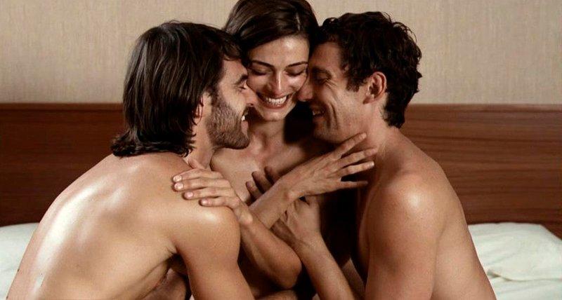 Olivia Molina follando en trío