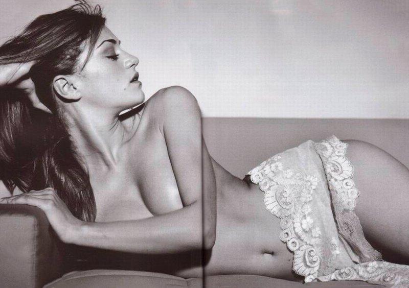 Olivia Molina posando sexy