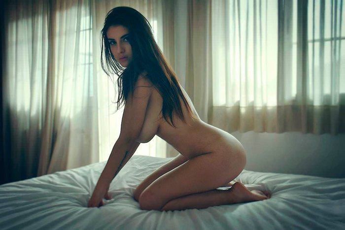 Judit Guerra desnuda sobre cama