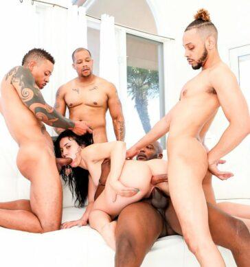 Mandy Muse culo contra invitados