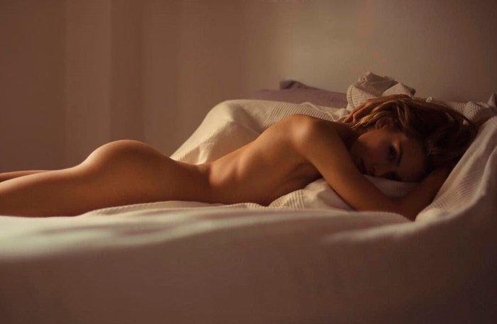 Patricia Valley desnuda en cama