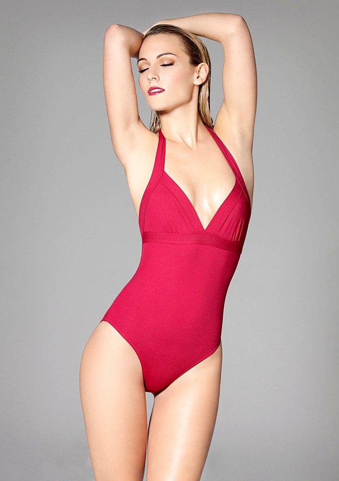 Edurne sensual bañador rojo