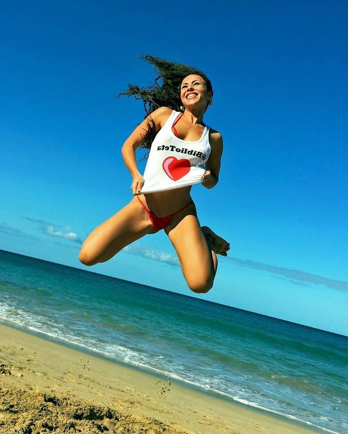 María del Amor saltando playa