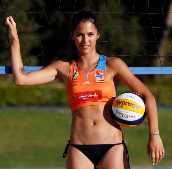 Michelle Calvó jugando Volleyball