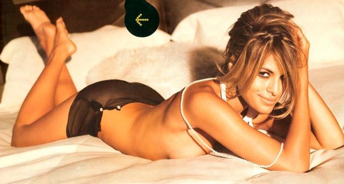 Eva Mendes desnuda en cama