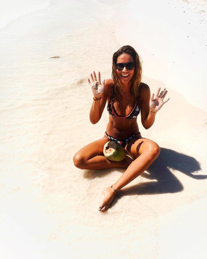 Lara Álvarez tumbada arena
