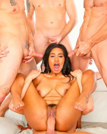 Jenna Foxx rodeada hombres blancos