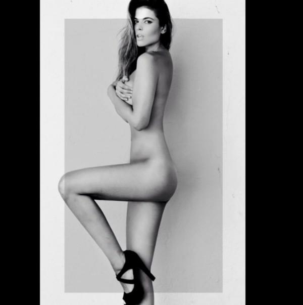 Lidia Santos desnuda frente espejo