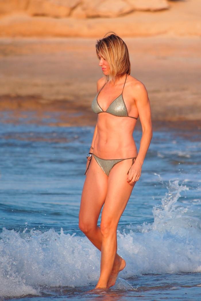 Susana Grisso bañándose en playa