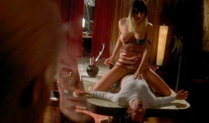 Mónica Van Campen practicando sexo en película