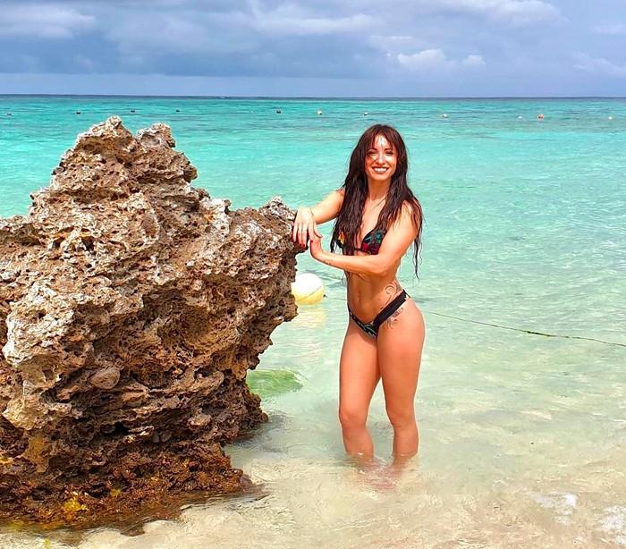 María Hinojosa sexy en playa